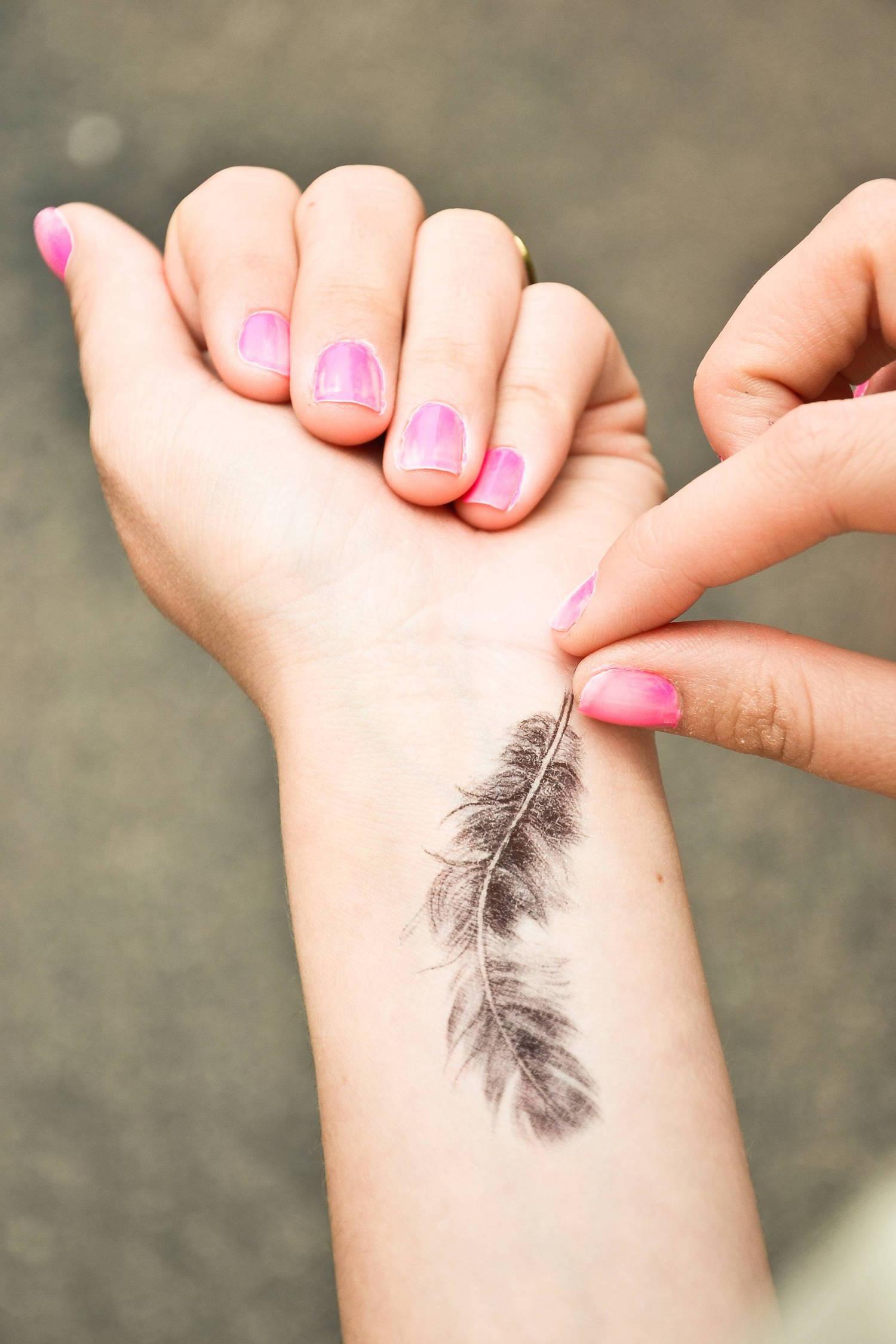 Tatouage Plume C Est Un Motif De Tattoo Tres A La Mode En Ce Moment
